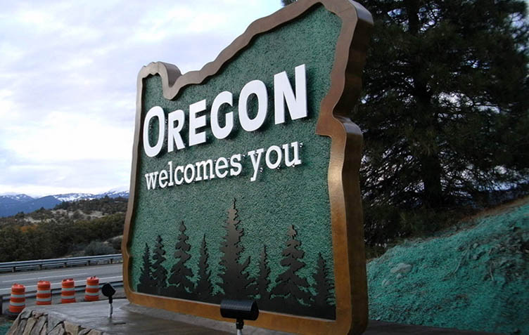 Photo of Welcome to Oregon sign.